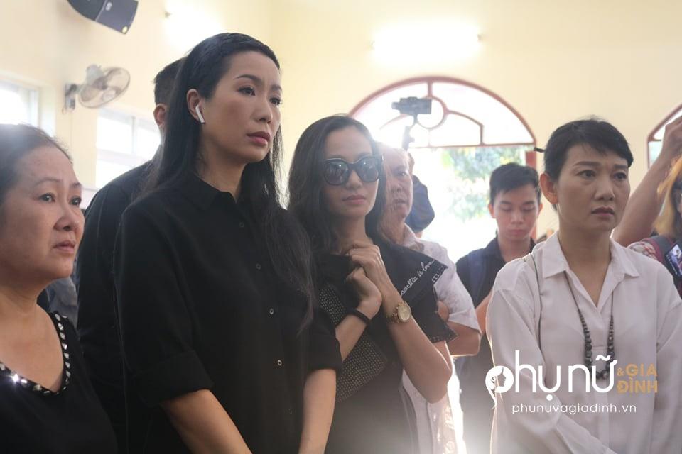 Đồng nghiệp khóc nức nở giây phút tiễn đưa nghệ sĩ Lê Bình về nơi an nghỉ cuối cùng vào sáng nay - Ảnh 2