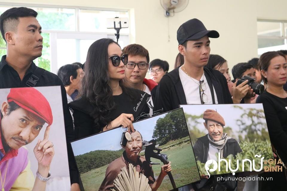 Đồng nghiệp khóc nức nở giây phút tiễn đưa nghệ sĩ Lê Bình về nơi an nghỉ cuối cùng vào sáng nay - Ảnh 7