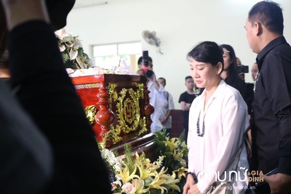 Đồng nghiệp khóc nức nở giây phút tiễn đưa nghệ sĩ Lê Bình về nơi an nghỉ cuối cùng vào sáng nay - Ảnh 3