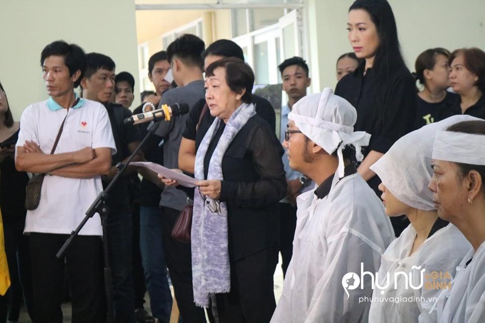 Đồng nghiệp khóc nức nở giây phút tiễn đưa nghệ sĩ Lê Bình về nơi an nghỉ cuối cùng vào sáng nay - Ảnh 1