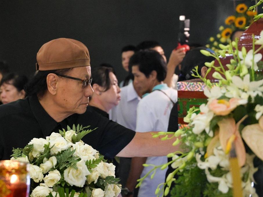 Đồng nghiệp khóc nức nở giây phút tiễn đưa nghệ sĩ Lê Bình về nơi an nghỉ cuối cùng vào sáng nay - Ảnh 4