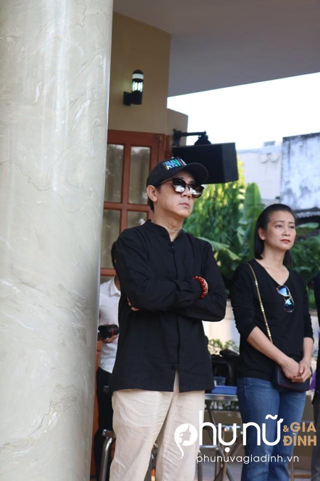 Đồng nghiệp khóc nức nở giây phút tiễn đưa nghệ sĩ Lê Bình về nơi an nghỉ cuối cùng vào sáng nay - Ảnh 5