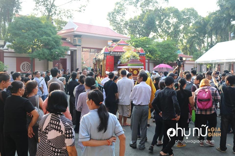 Đồng nghiệp khóc nức nở giây phút tiễn đưa nghệ sĩ Lê Bình về nơi an nghỉ cuối cùng vào sáng nay - Ảnh 9