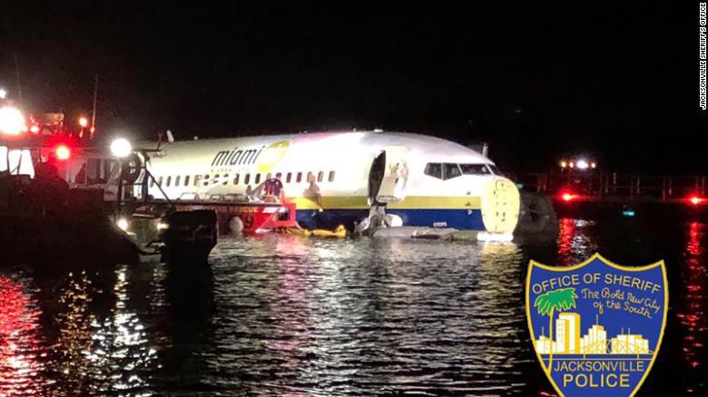 Máy bay chở 142 hành khách từ Cuba sang Mỹ lao xuống sông - Ảnh 1