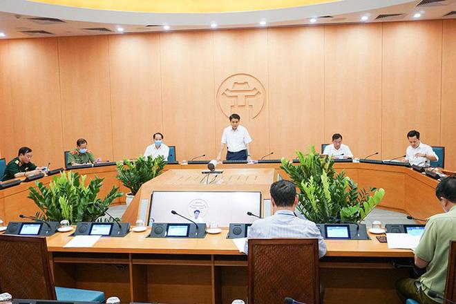 Chủ tịch Hà Nội: Tiếp tục các biện pháp giãn cách xã hội đặc biệt ở trường học, bệnh viện khi hoạt động trở lại bình thường - Ảnh 1