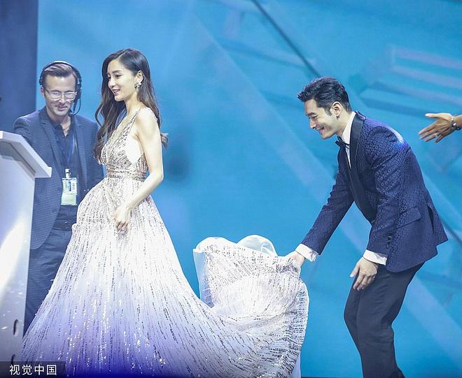 Netizen xứ Trung xem màn đỡ váy cho Angela Baby của Huỳnh Hiểu Minh là vở kịch, soi ra chi tiết bất ngờ trong sự kiện - Ảnh 1