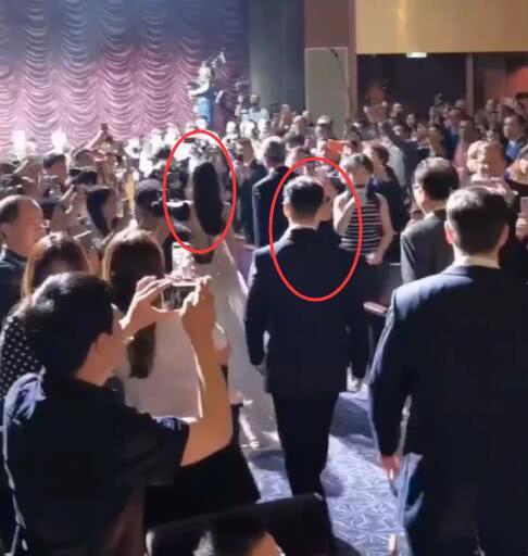 Netizen xứ Trung xem màn đỡ váy cho Angela Baby của Huỳnh Hiểu Minh là vở kịch, soi ra chi tiết bất ngờ trong sự kiện - Ảnh 2