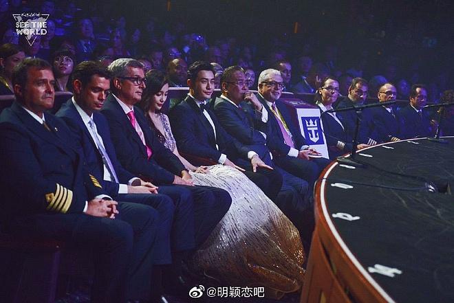 Netizen xứ Trung xem màn đỡ váy cho Angela Baby của Huỳnh Hiểu Minh là vở kịch, soi ra chi tiết bất ngờ trong sự kiện - Ảnh 3