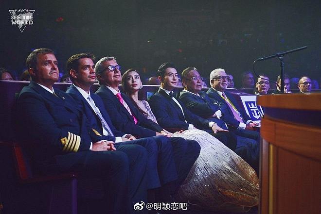 Netizen xứ Trung xem màn đỡ váy cho Angela Baby của Huỳnh Hiểu Minh là vở kịch, soi ra chi tiết bất ngờ trong sự kiện - Ảnh 4