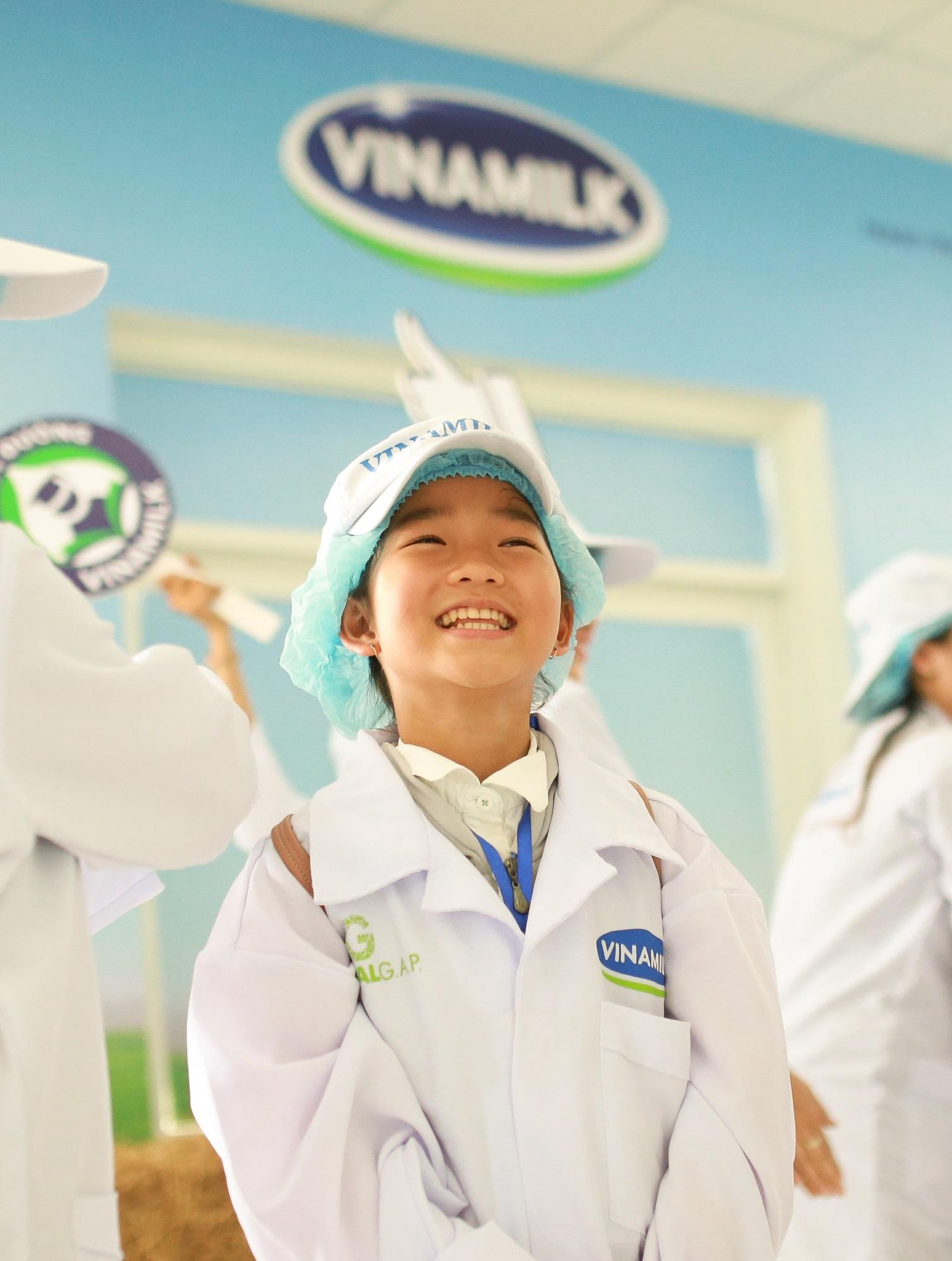 Tận mắt thấy những cô bò ở 'Resort' góp công vào ly sữa học đường - Ảnh 7
