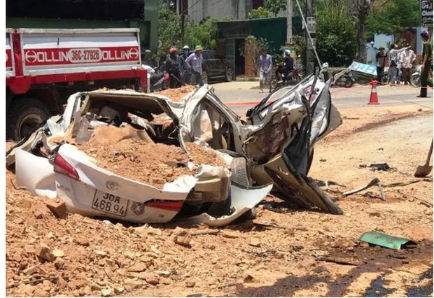 Vụ tai nạn 3 người chết ở Thanh Hoá: Kinh hoàng clip ghi lại cảnh ô tô 4 chỗ gần như 'bất động' trước khi bị xe ben đè nát - Ảnh 1