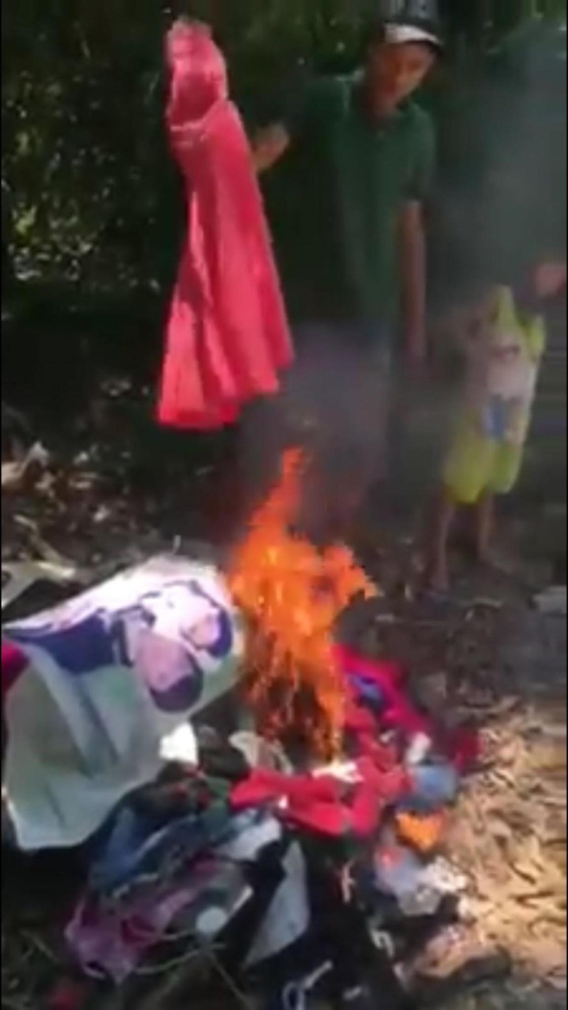 Góc khuất đau lòng sau đoạn clip chồng đốt ảnh cưới và quần áo của vợ trước mặt hai con nhỏ - Ảnh 1