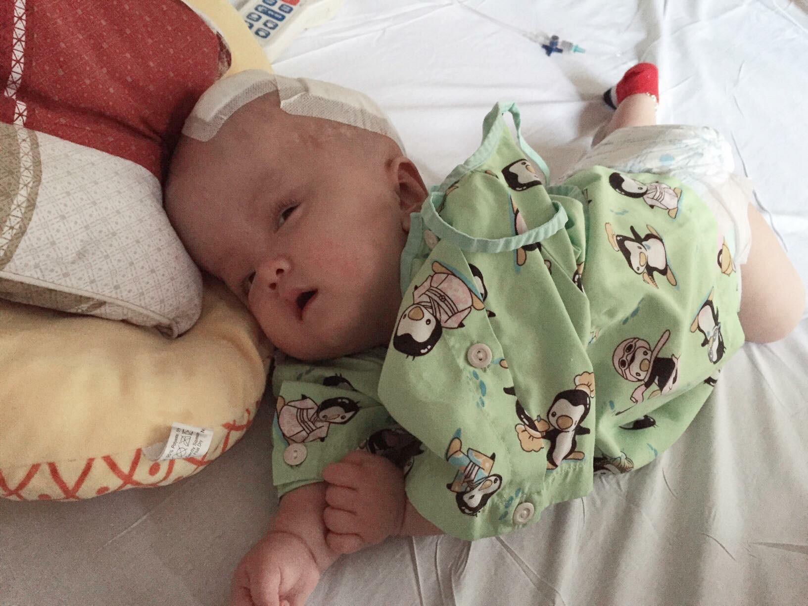 Mẹ quỳ gối, cầu xin mọi người cứu con trai 13 tháng tuổi bị não úng thủy không có tiền phẫu thuật - Ảnh 3