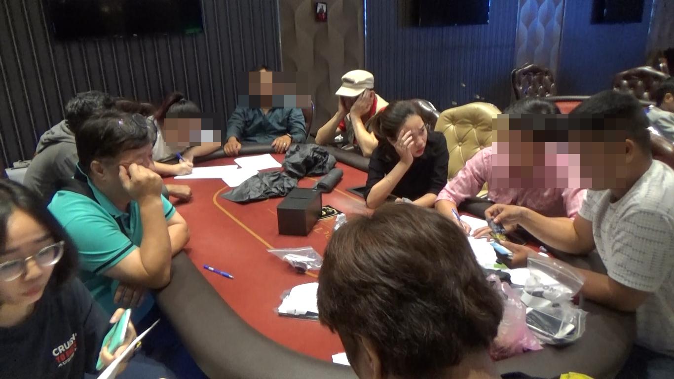 """Phá sòng bạc Poker """"khủng"""" với hàng chục con nghiện người nước ngoài - Ảnh 2"""