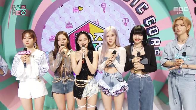 BLACKPINK lộng lẫy và trình diễn xuất sắc ở Music Core, cái gì cũng ổn chỉ trừ... chiếc quần bèo nhúm của Rosé? - Ảnh 7