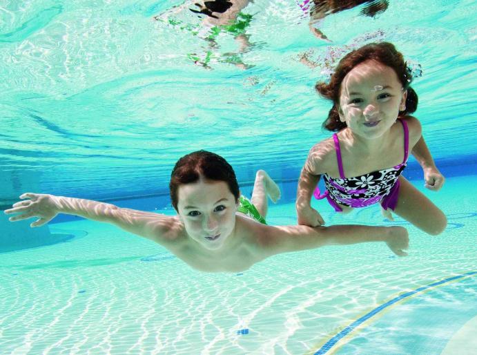 Bố mẹ cần lưu ý những vấn đề sau về sức khỏe khi cho con đi bơi ở bể bơi công cộng - Ảnh 1