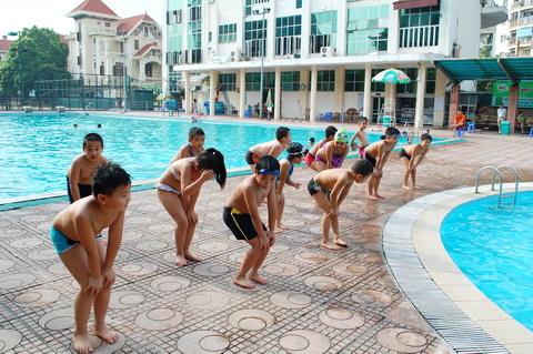 Bố mẹ cần lưu ý những vấn đề sau về sức khỏe khi cho con đi bơi ở bể bơi công cộng - Ảnh 3