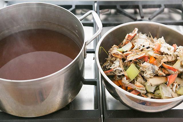 Tận dụng vỏ tôm cua và rau củ để làm nước dùng ngọt thanh, trong vắt - Ảnh 7