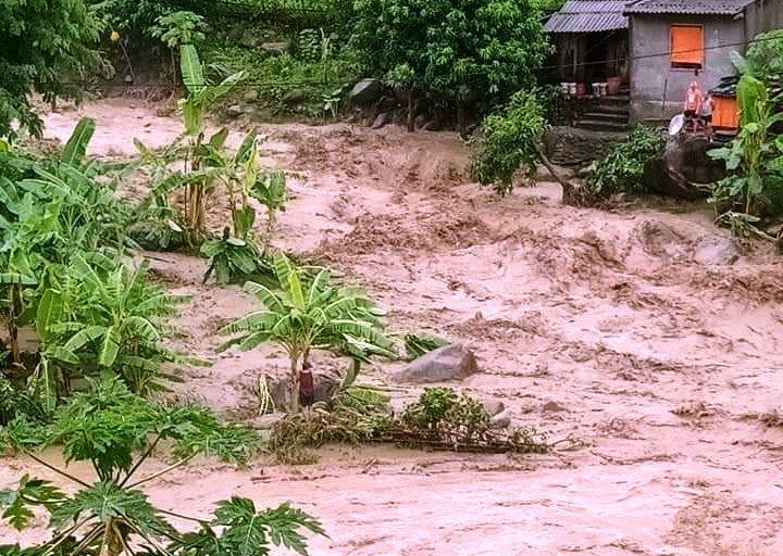 Giúp dân chạy lũ, trưởng công an xã ở Thanh Hóa bị đất vùi chết - Ảnh 2
