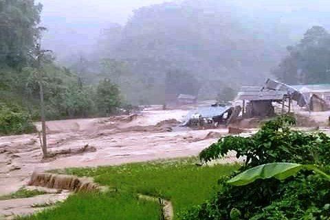 Giúp dân chạy lũ, trưởng công an xã ở Thanh Hóa bị đất vùi chết - Ảnh 3
