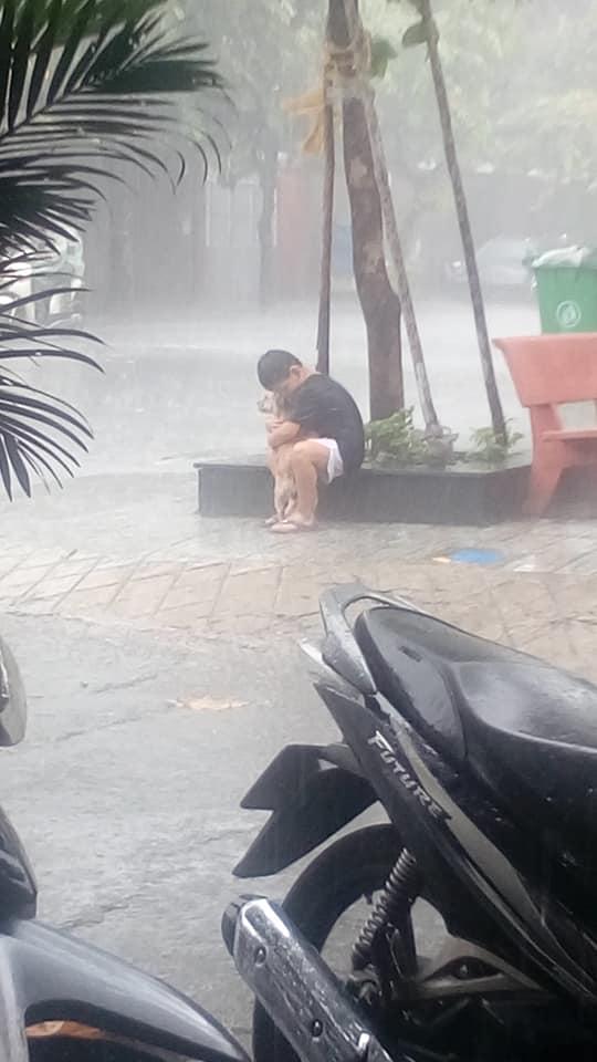 Bức ảnh cậu bé gồng mình che mưa cho chú chó nhỏ nhận 'bão' like trên mạng xã hội - Ảnh 1