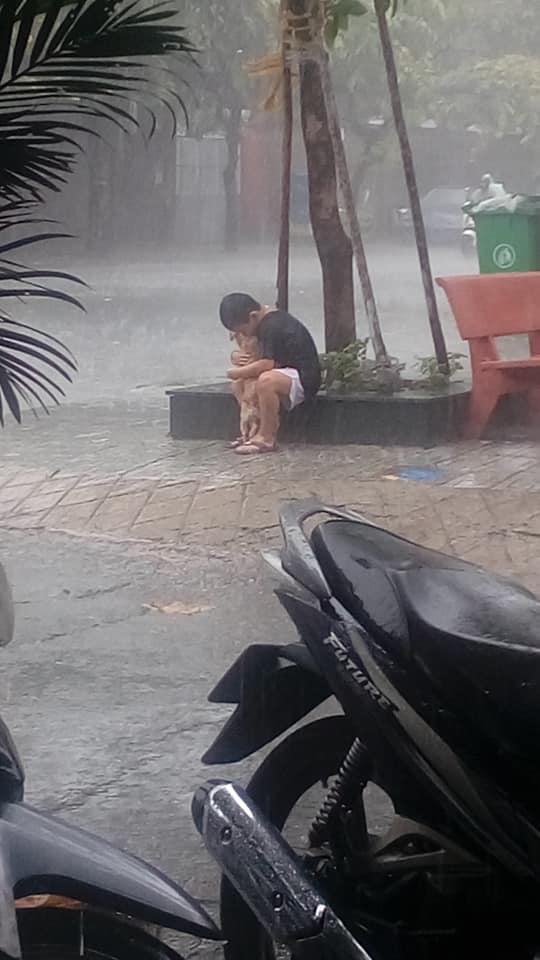 Bức ảnh cậu bé gồng mình che mưa cho chú chó nhỏ nhận 'bão' like trên mạng xã hội - Ảnh 2
