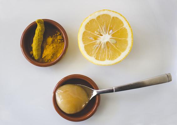 Cắt đôi quả chanh mát xa mặt theo cách này, tẩy sạch bụi bẩn, cặn bã giúp da dầu nhờn trắng mịn, không nổi mụn   - Ảnh 2
