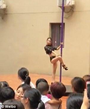 Clip vũ công mặc quần áo gợi cảm, múa cột trong lễ khai giảng trường mầm non gây tranh cãi - Ảnh 2