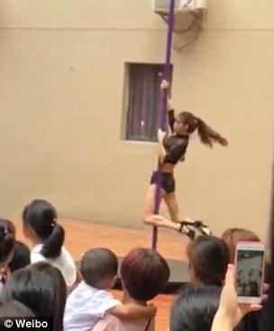 Clip vũ công mặc quần áo gợi cảm, múa cột trong lễ khai giảng trường mầm non gây tranh cãi - Ảnh 3