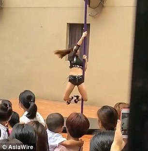 Clip vũ công mặc quần áo gợi cảm, múa cột trong lễ khai giảng trường mầm non gây tranh cãi - Ảnh 4