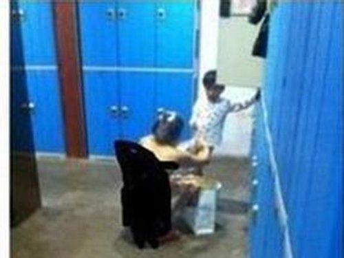Mẹ dẫn con trai vào phòng tắm nữ, hành động của đứa trẻ khiến tất cả kinh ngạc - Ảnh 1