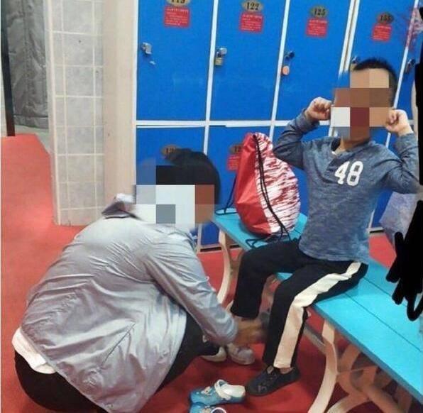 Mẹ dẫn con trai vào phòng tắm nữ, hành động của đứa trẻ khiến tất cả kinh ngạc - Ảnh 3