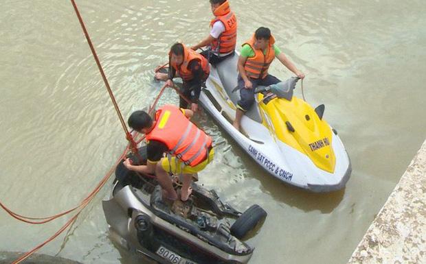 Vụ taxi cùng 3 người rơi xuống sông trong đêm: Tìm thấy thi thể tài xế - Ảnh 1