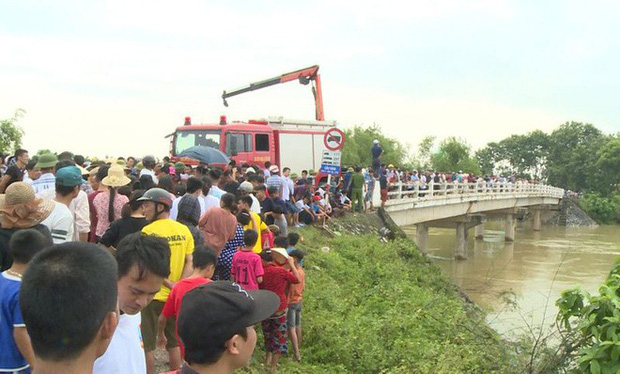 Vụ taxi cùng 3 người rơi xuống sông trong đêm: Tìm thấy thi thể tài xế - Ảnh 2