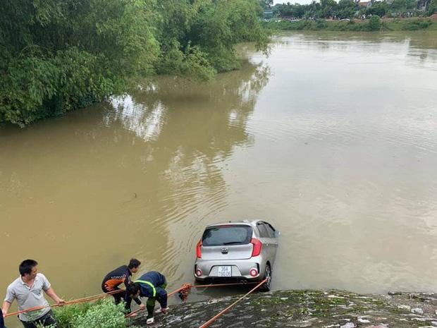Vụ taxi cùng 3 người rơi xuống sông trong đêm: Tìm thấy thi thể tài xế - Ảnh 3
