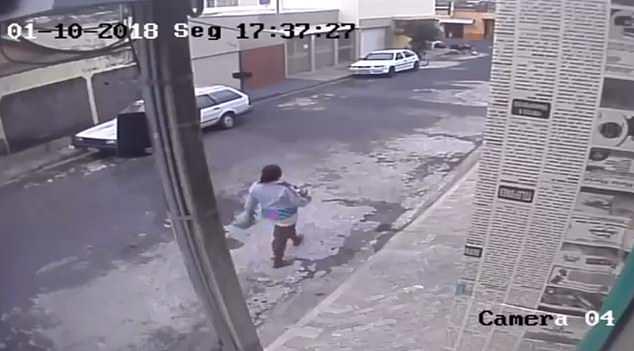 Clip: Bà mẹ trẻ vứt con mới sinh vào thùng rác công cộng rồi thản nhiên đi làm  - Ảnh 3
