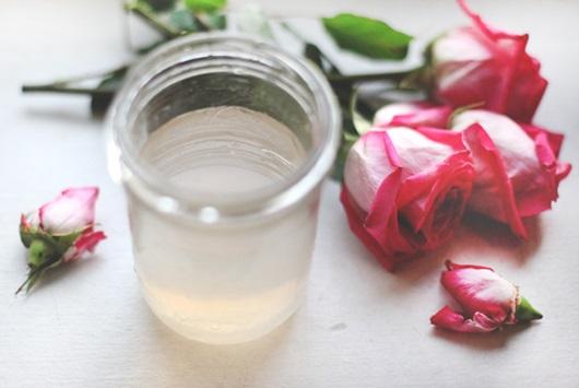 7 cách dùng nước hoa hồng để làm đẹp làn da và mái tóc, là phụ nữ tuyệt đối không nên bỏ qua - Ảnh 1