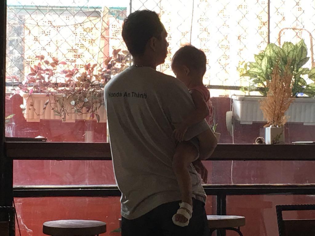 Gia đình bức xúc vì bé gái 2 tuổi nghi bị nhúng chân vào nước sôi tại trường mầm non ở Sài Gòn - Ảnh 4