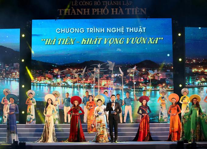 Noo Phước Thịnh khoe đầu đinh trên sân khấu Hà Tiên - Ảnh 9