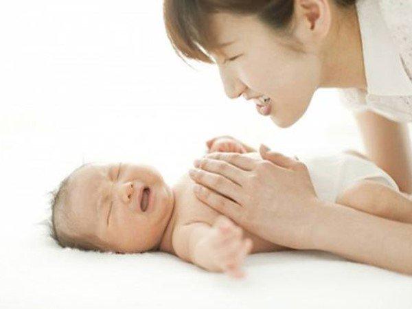 6 cách xử trí tình trạng trẻ sơ sinh đánh hơi nhiều nhưng không đi ngoài - Ảnh 1