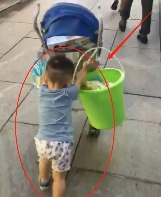 Bố bế 'tình nhân nhỏ' đi trước, con trai lẽo đẽo xách đồ phía sau, ai nhìn cũng thương - Ảnh 3
