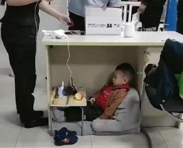 Hình ảnh cảm động: Em bé ngồi chơi ngoan ngoãn dưới gầm bàn làm việc của mẹ  - Ảnh 1
