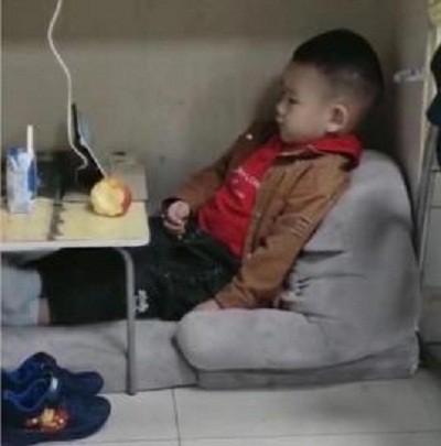 Hình ảnh cảm động: Em bé ngồi chơi ngoan ngoãn dưới gầm bàn làm việc của mẹ  - Ảnh 2