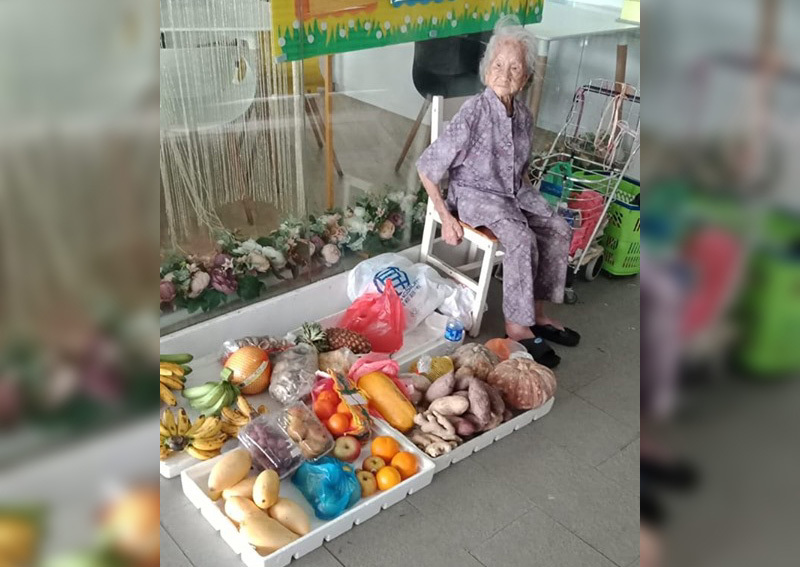 Tranh cãi quầy hàng rau củ của cụ bà 97 tuổi bán đắt mà vẫn đông - Ảnh 1