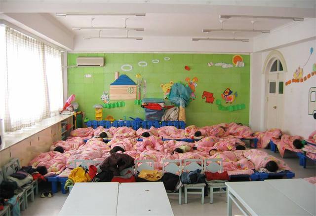 Xem ảnh con ngủ trưa ở trường, mẹ nóng mặt nổi giận đòi hiệu trưởng lập tức đuổi việc cô - Ảnh 1