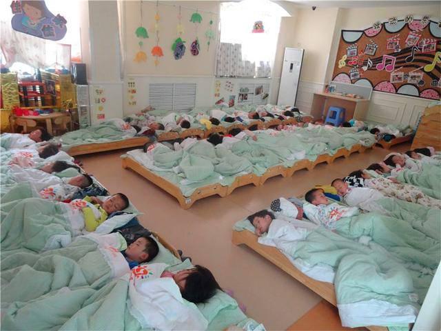 Xem ảnh con ngủ trưa ở trường, mẹ nóng mặt nổi giận đòi hiệu trưởng lập tức đuổi việc cô - Ảnh 2