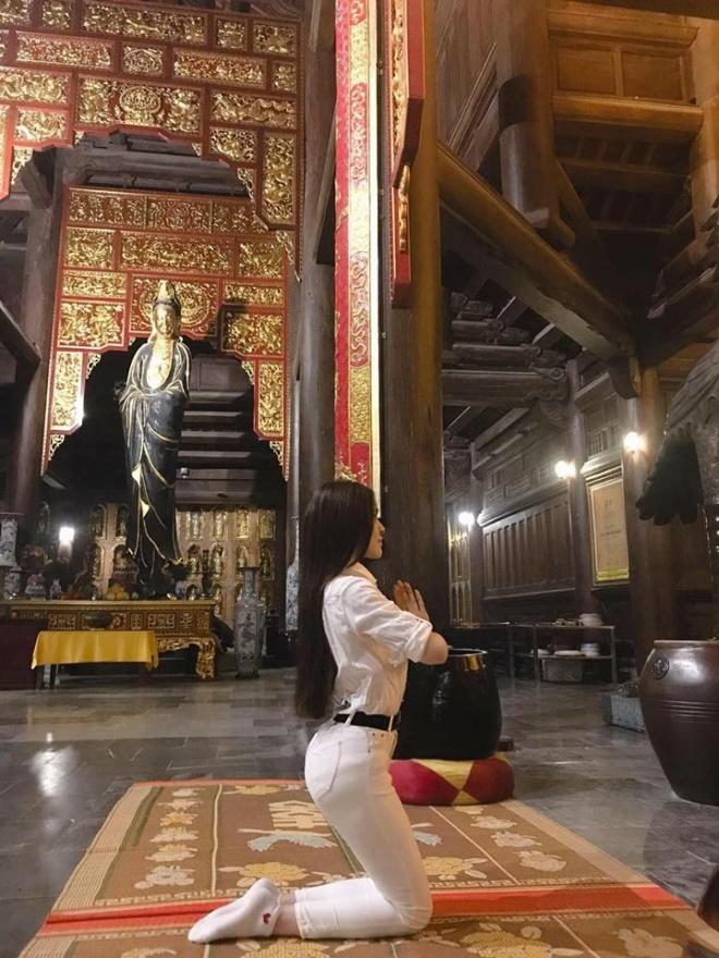 Khoe ảnh đi chùa, Thư Dung bị chửi 'sấp mặt' vì tạo dáng phản cảm ở chốn linh thiêng - Ảnh 1