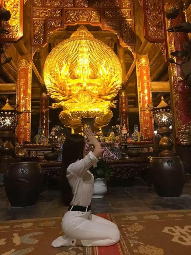 Khoe ảnh đi chùa, Thư Dung bị chửi 'sấp mặt' vì tạo dáng phản cảm ở chốn linh thiêng - Ảnh 2