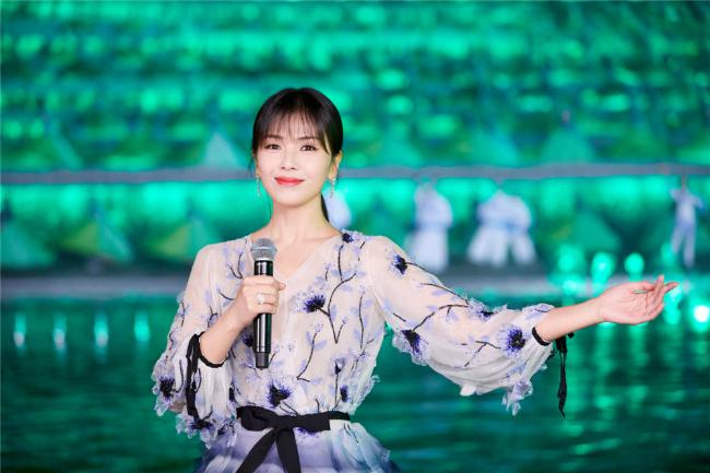 'A Châu' Lưu Đào đẹp như tiên nữ trên sân khấu chào xuân - Ảnh 1