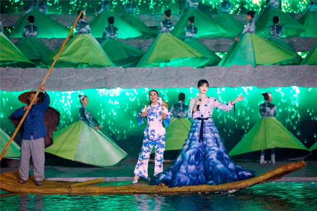 'A Châu' Lưu Đào đẹp như tiên nữ trên sân khấu chào xuân - Ảnh 2